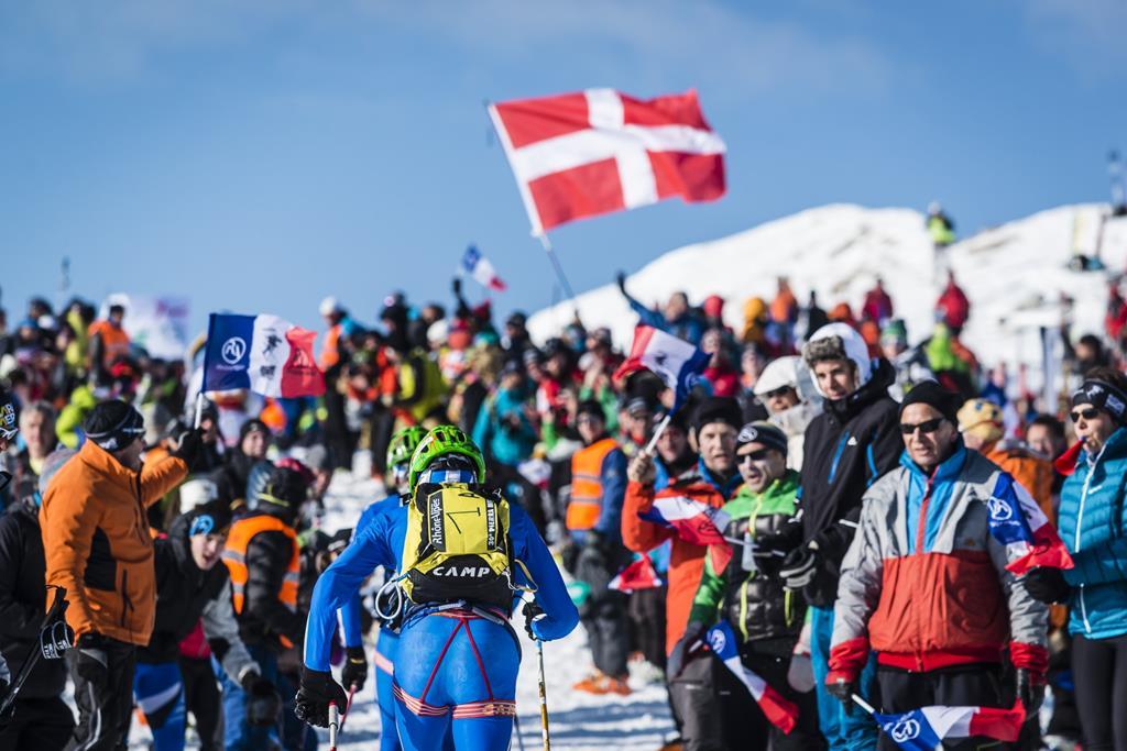 Des milliers de spectateurs en haut du Grand Mont