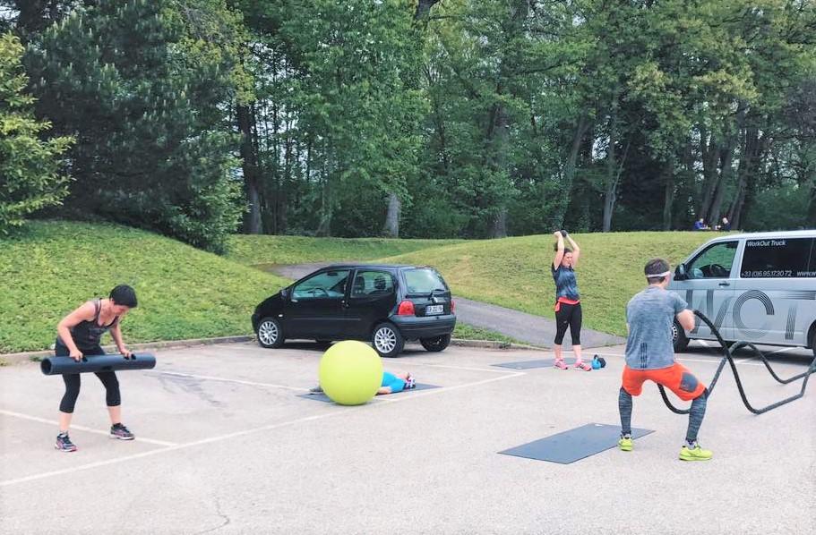 Helen, sa fondatrice, propose des séances de sport intense en extérieur directement sur votre lieu de travail.