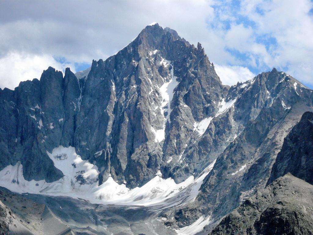 Le dôme de neige des écrins se situe dans les Alpes du Sud