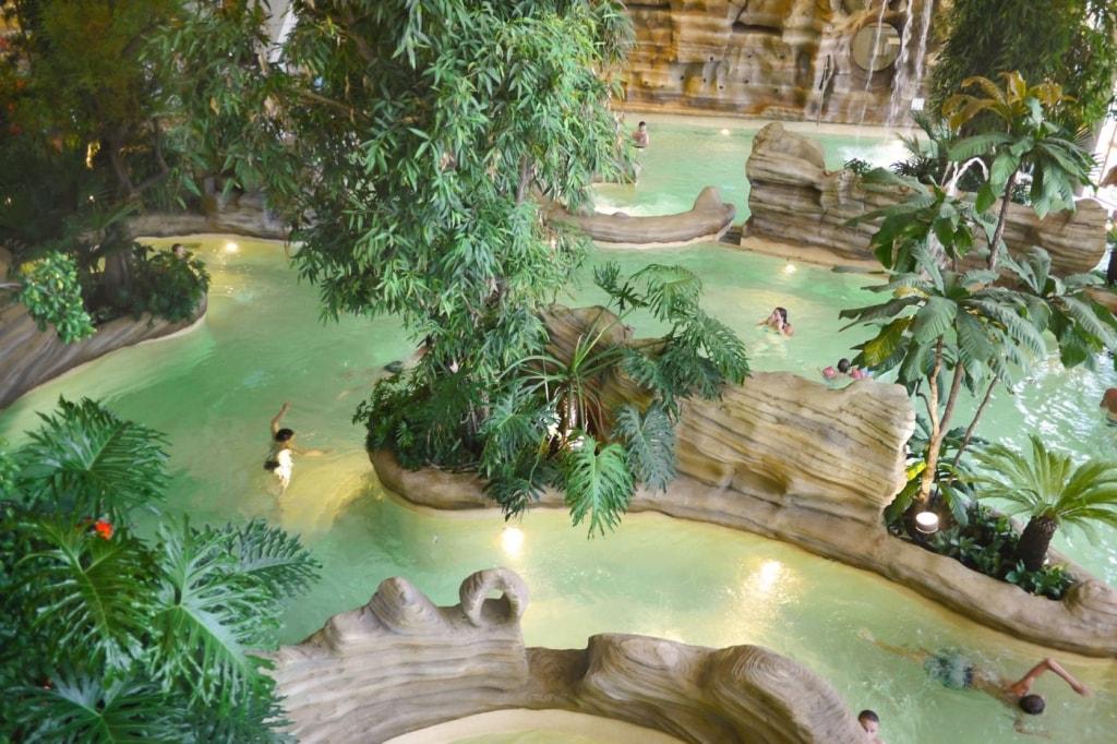 Vue sur les bassins tropicaux d'Aquariaz