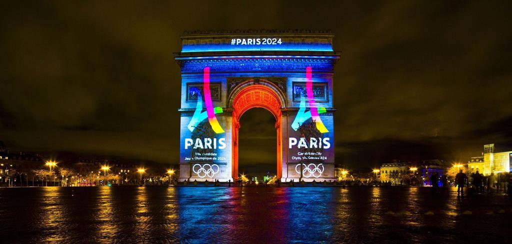 L'arc de Triomphe aux couleurs des JO de Paris 2024