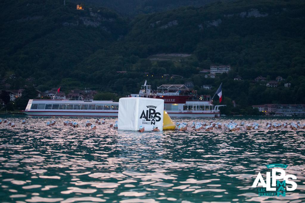Le départ de l'AlpsMan se fait depuis un bateau au milieu du Lac d'Annecy