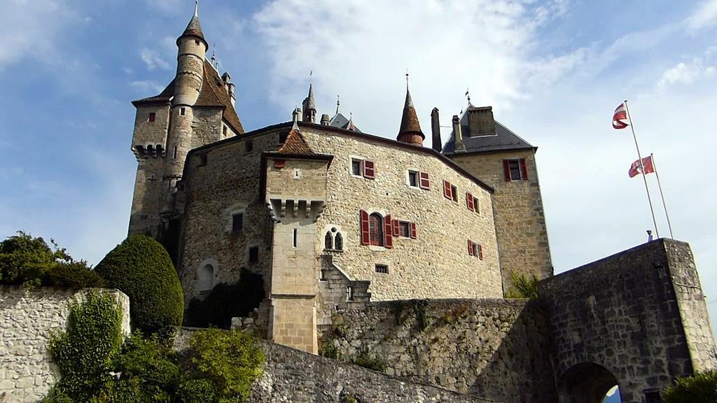 Le cha^teau qui à inspiré Walt Disney, ca serait le château de Menthon Saint Bernard