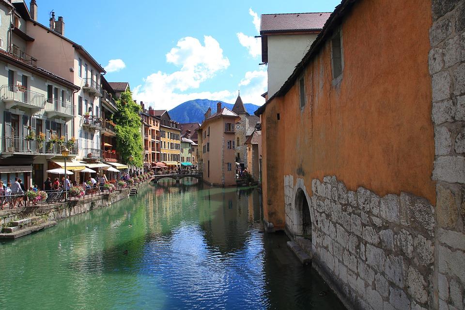 Entre lac et montagne, la ville d'Annecy est à visiter