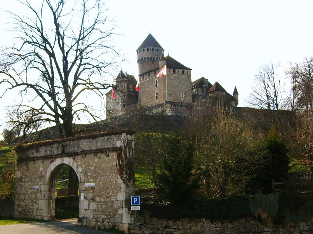 le château de Montrottier s'élève entre les champs et les forêts à coté du lac d'Annecy