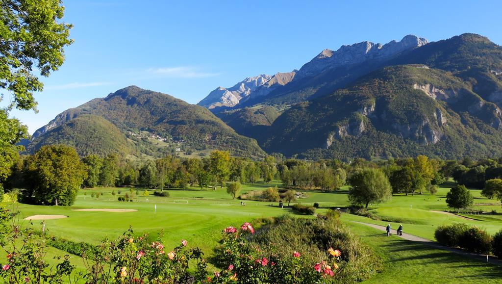Le golf de Giez entre lac et montagne