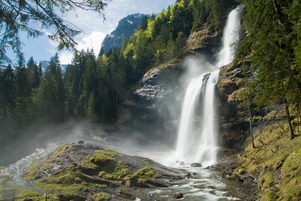 Une imposante cascade nommé La Reine Des Alpes