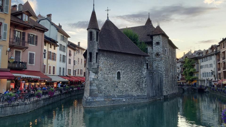 Le palais de l'Isle dans la vieille ville d'Annecy
