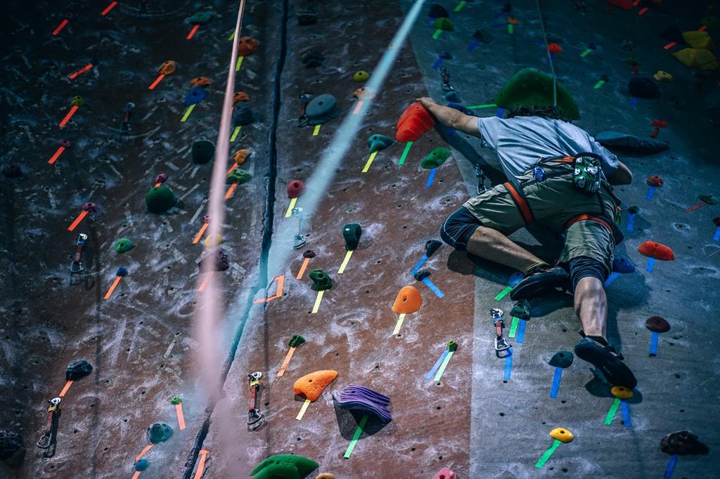 Un balisage des prises en couleurs dans les salles d'escalade